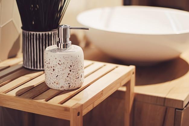 Ekologiczny wystrój łazienki wykonany z ekologicznych i trwałych materiałów, wystrój domu i koncepcja luksusowego wystroju wnętrz