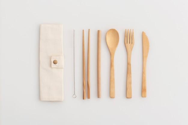 Ekologiczny zestaw sztućców bambusowych. zero odpadów, recykling i koncepcja bez plastiku.