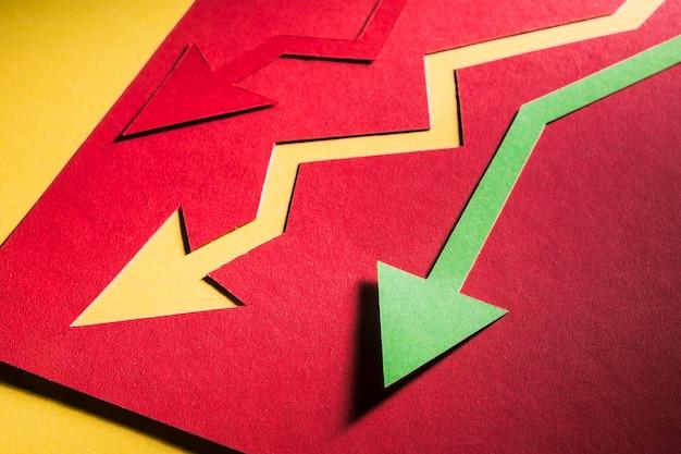 Ekonomiczny krom oznaczony strzałkami na biurku