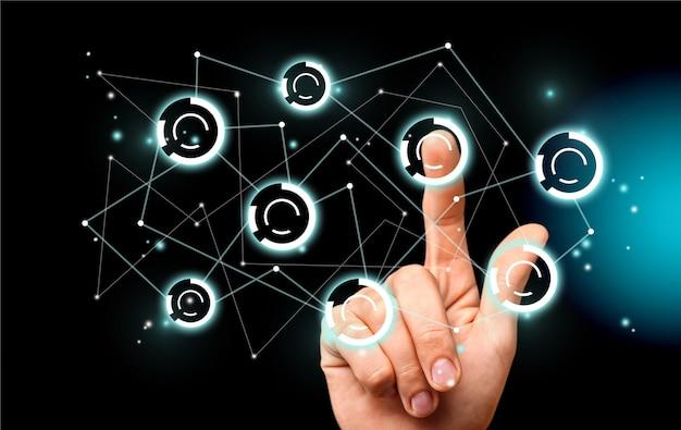 Ekran dotykowy ludzkiej dłoni z cyfrowymi znakami
