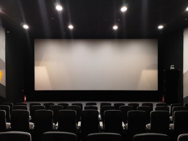 Ekran kinowy i puste krzesła.