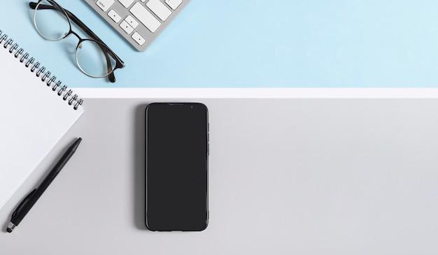 Ekran smartfona makieta obszaru roboczego do projektowania na jasnoszarym i niebieskim, białym tle.