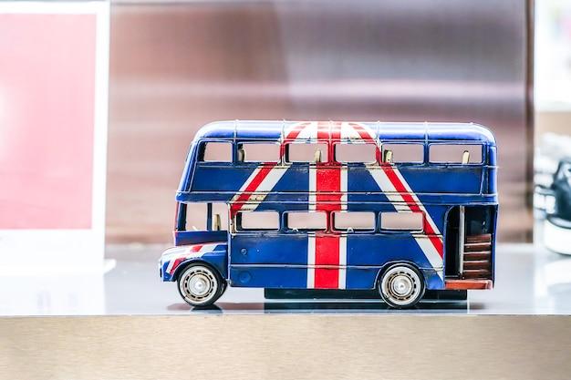 Ekran z flagą brytyjską w autobusie zabawki.