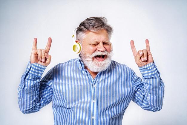 Ekscentryczny starszy mężczyzna z portretem śmieszne wyrażenie na białym tle