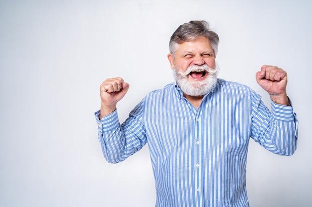 Ekscentryczny starszy mężczyzna z portretem śmieszne wyrażenie na powierzchni