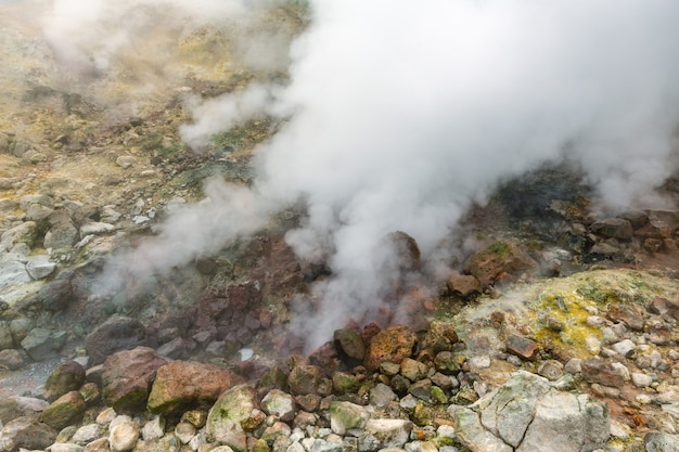 Ekscytujący widok na wulkaniczny krajobraz, erupcję fumarolu, agresywne gorące źródło, aktywność pary gazowej w kraterze aktywnego wulkanu. piękny górski krajobraz, cele podróży na aktywny wypoczynek.