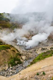 Ekscytujący widok wulkaniczny krajobraz erupcja fumarole agresywna aktywność gorących źródeł w kraterze