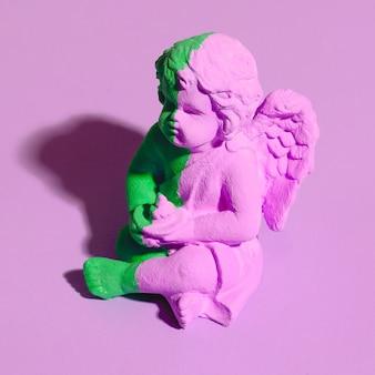 Ekskluzywna pamiątka z kreatywnego malowanego anioła. minimalne trendy w pastelowych kolorach