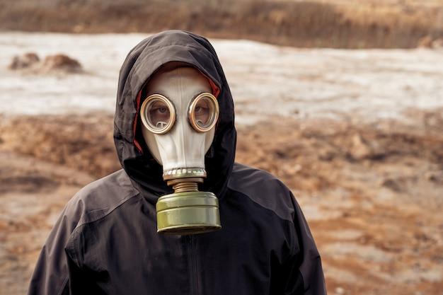 Eksperci analizują wodę w zanieczyszczonym środowisku.