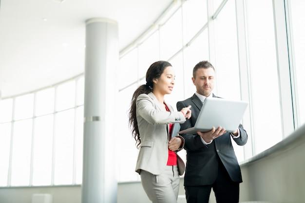 Eksperci biznesowi analizujący raport online