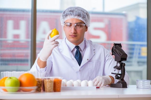 Ekspert ds. żywienia testujący produkty spożywcze w laboratorium