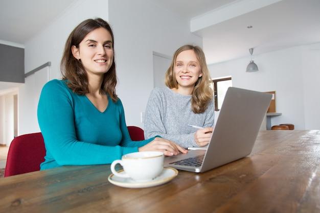 Ekspert nauczający klienta korzystania z nowego oprogramowania