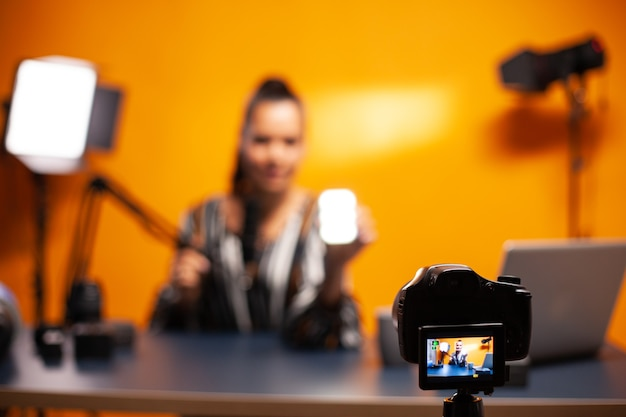 Ekspert w dziedzinie filmowania opowiadający o mini świetle led do użytku studyjnego