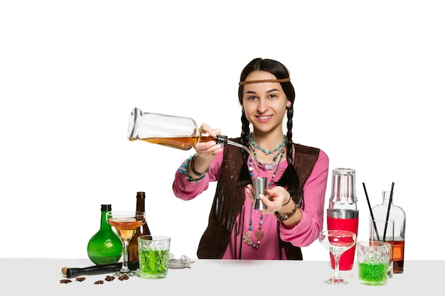 Ekspert żeński barman robi koktajl na na białym tle.