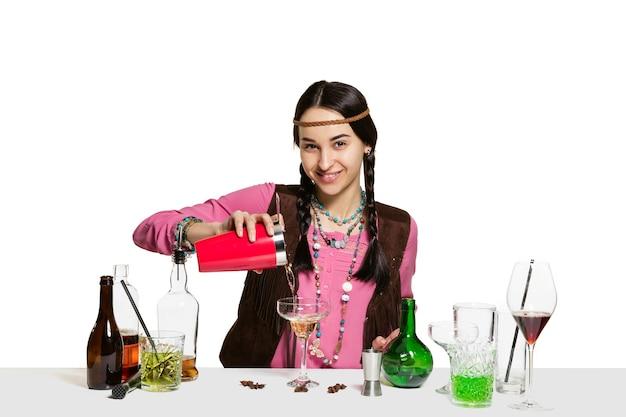 Ekspert żeński barman robi koktajl w studio na białym b