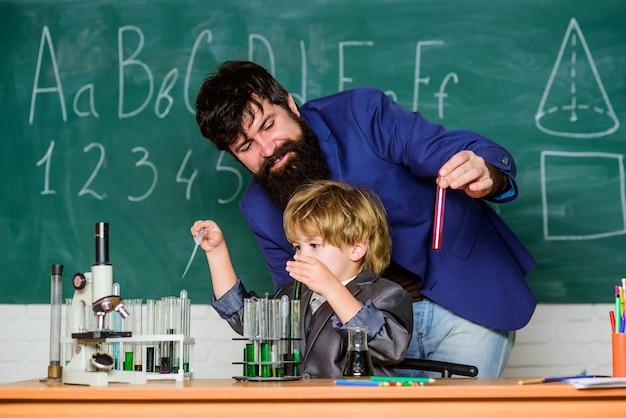 Eksperyment laboratoryjny. szkoła podstawowa. podstawowa edukacja. wychowanie i edukacja dzieciństwa. koncepcja edukacji szkolnej. klasa szkolna nauczyciela i dziecka. uczeń chłopiec osiągający wykształcenie. lekcja chemii.