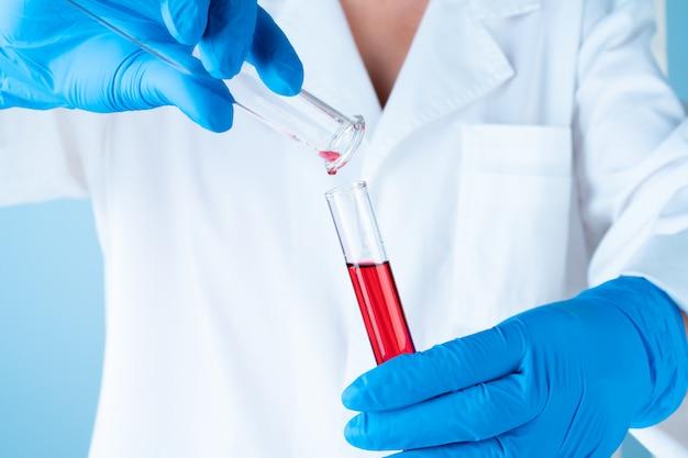 Eksperymenty naukowe w laboratorium chemicznym. kolorowe płyny i probówka