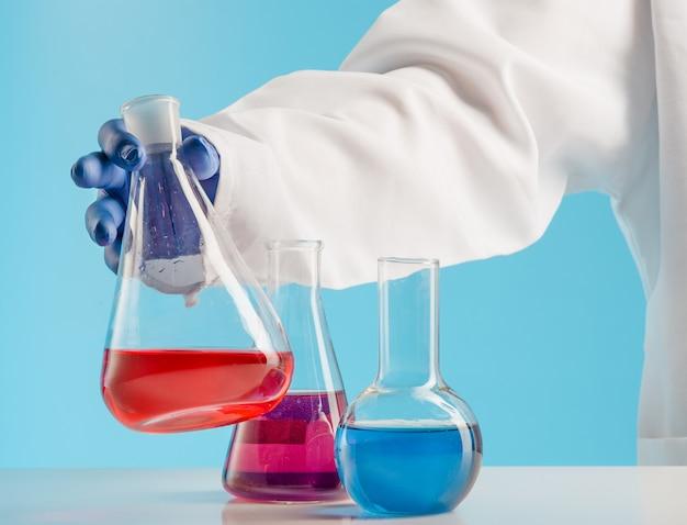 Eksperymenty w laboratorium chemicznym. przeprowadzanie eksperymentu w laboratorium.