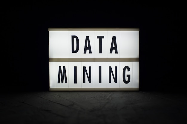 Eksploracja danych - tekst na świetlistym wyświetlaczu w ciemności. wiadomości z kryptowaluty.