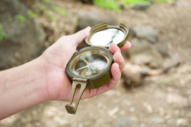 Eksploracja lasu z kompasem w ręku
