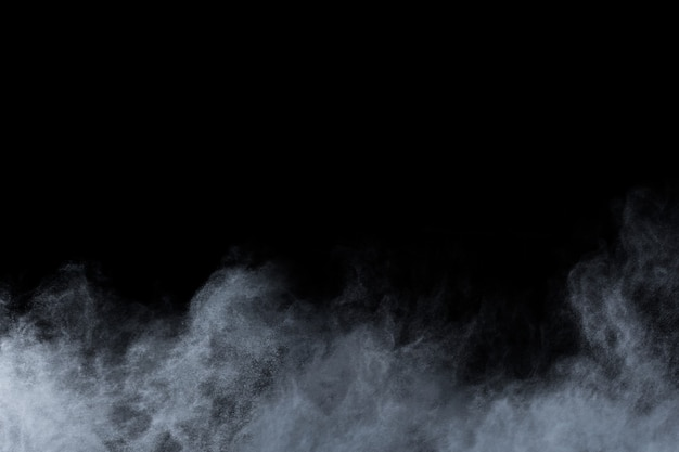 Eksplozja białego proszku na czarnym tle