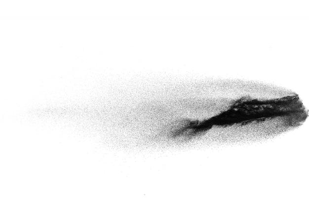 Eksplozja czarnego proszku na białym tle. cząsteczki pyłu węglowego wydychają w powietrzu.