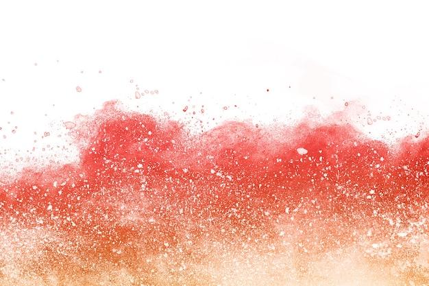 Eksplozja czerwonego proszku na białym tle