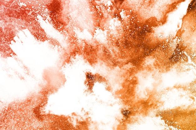 Eksplozja proszku brązowego koloru na białym tle