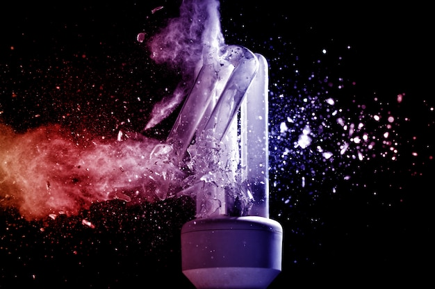 Eksplozja żarówki małej mocy, fotografia o dużej prędkości