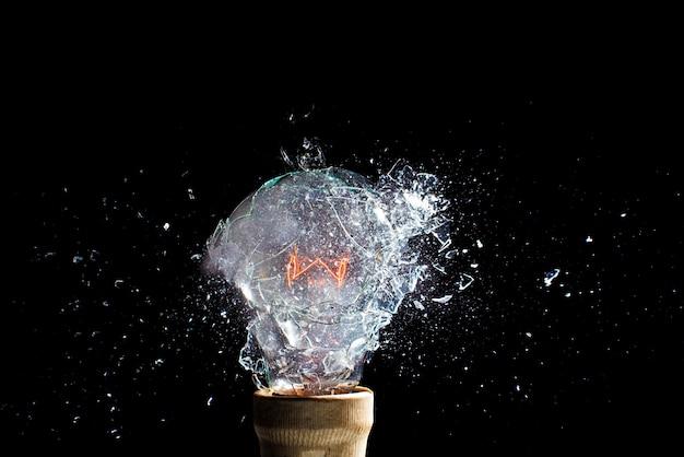 Eksplozja żarówki, moment uderzenia, szybka fotografia