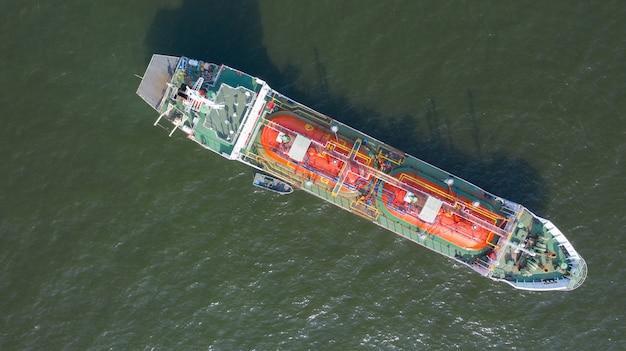Eksport i import energii dla branży transportowej. widok z lotu ptaka statku przewożącego zbiornikowiec lpg i zbiornikowiec do ropy w porcie morskim z globalną logistyką statku