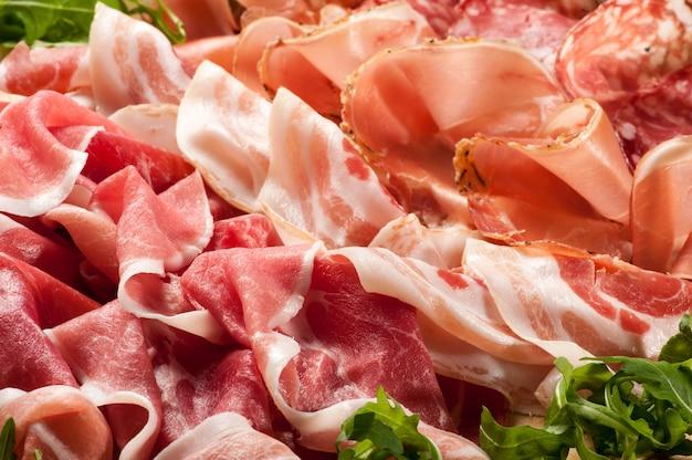 Ekspozycja mieszanych szynek i salami