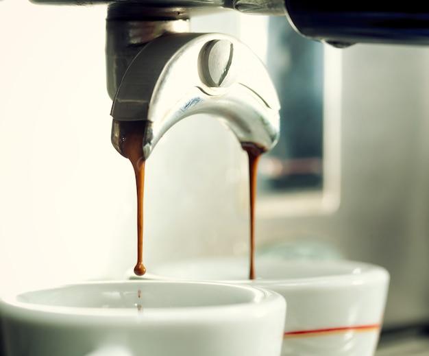 Ekspres do kawy przy filiżance kawy.