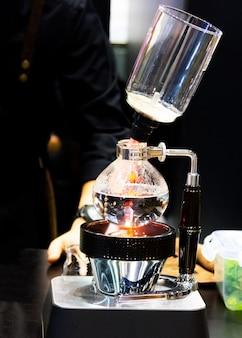 Ekspres do kawy typu syfon do kawy, praca w kawiarni