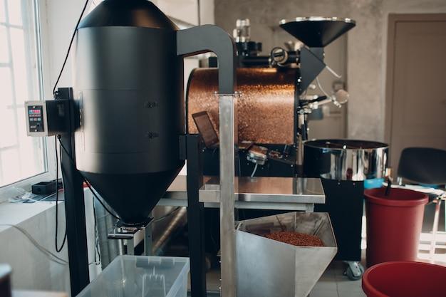 Ekspres do kawy w procesie palenia kawy.