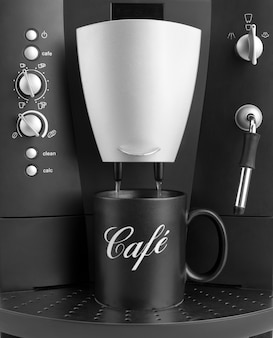 Ekspres do kawy z czarną filiżanką