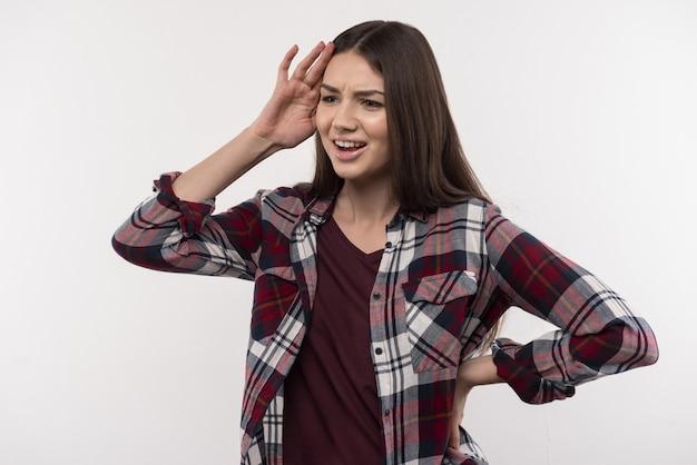 Ekspresja emocjonalna. miła młoda kobieta, dotykając głowy, wyrażając swoje emocje