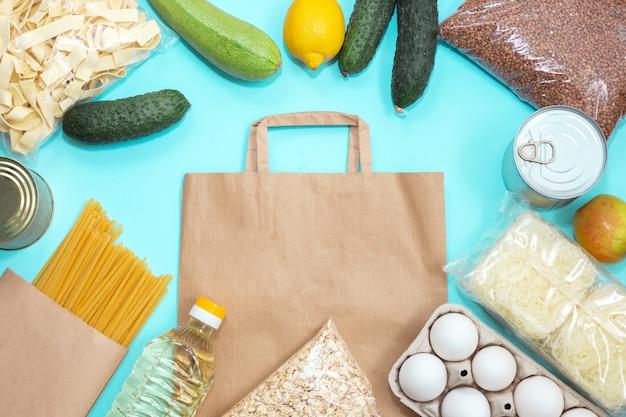 Ekspresowa dostawa w okresie pandemii. zapasy żywności na papierowej torbie.