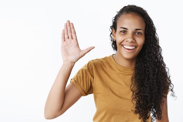 Ekspresyjna afroamerykańska dziewczyna w brązowej koszulce