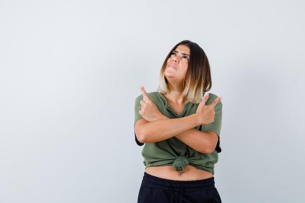 Ekspresyjna młoda dama pozuje w studio