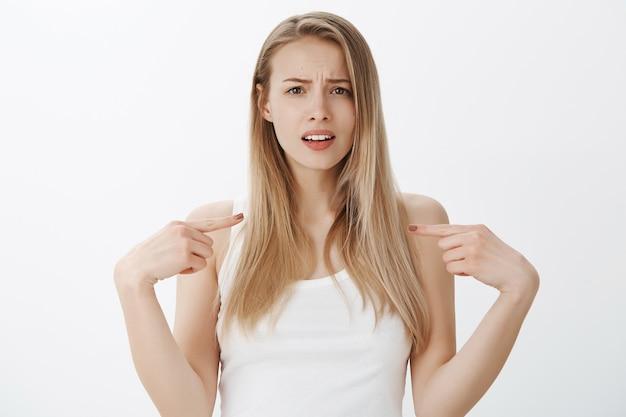 Ekspresyjna młoda dziewczyna o blond włosach