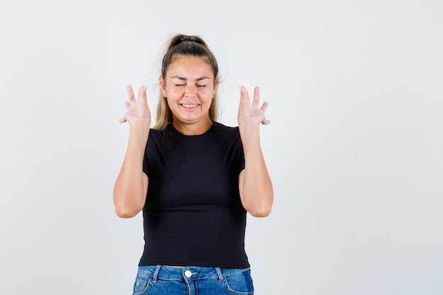 Ekspresyjna młoda dziewczyna pozuje w studio