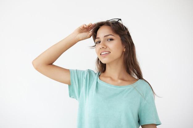 Ekspresyjna młoda kobieta pozowanie