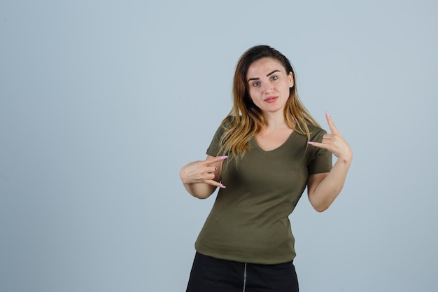 Ekspresyjna młoda kobieta pozuje w studio