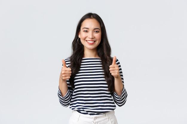 Ekspresyjna młoda koreańska dziewczyna pozuje