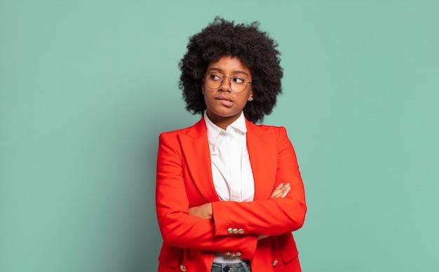 Ekspresyjna młoda ładna czarna kobieta gestykuluje