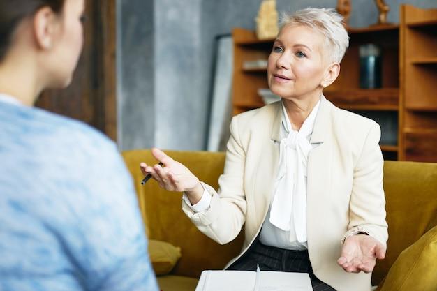 Ekspresyjna starsza kobieta pozuje kryty