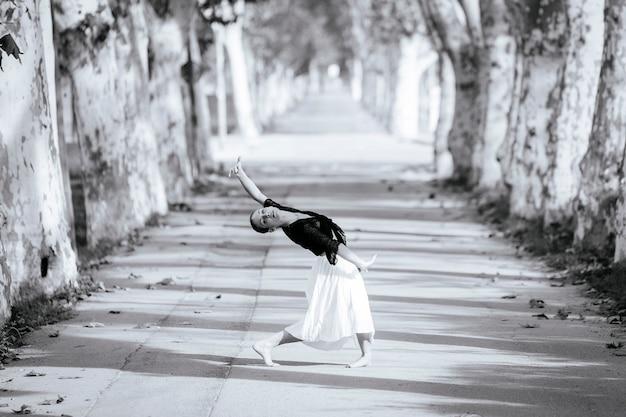 Ekspresyjna współczesna hiszpańska tancerka taneczna pokazująca swoją sztukę uliczną