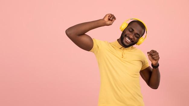 Ekspresyjny afroamerykanin słuchający muzyki