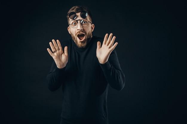 Ekspresyjny mężczyzna w okularach klapki